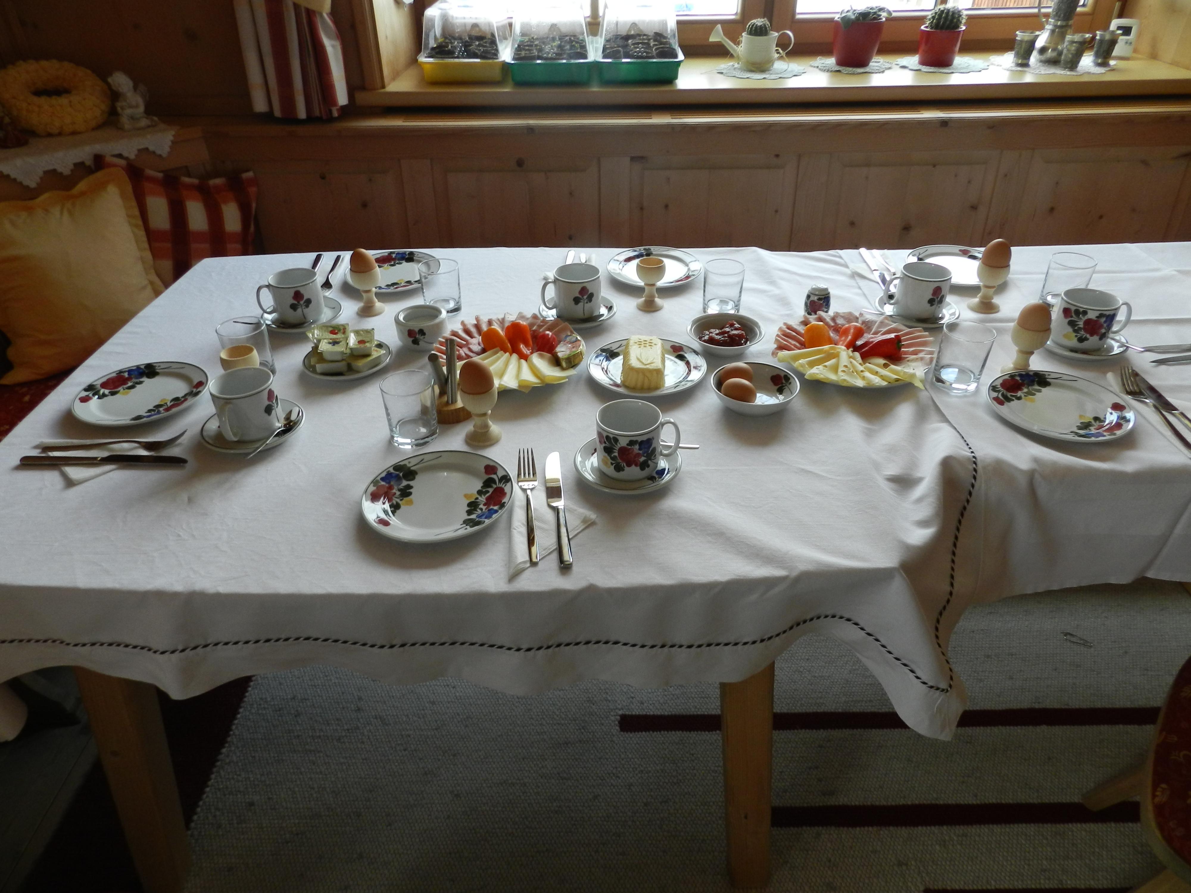 Frühstückstisch mit regionalen Produkten